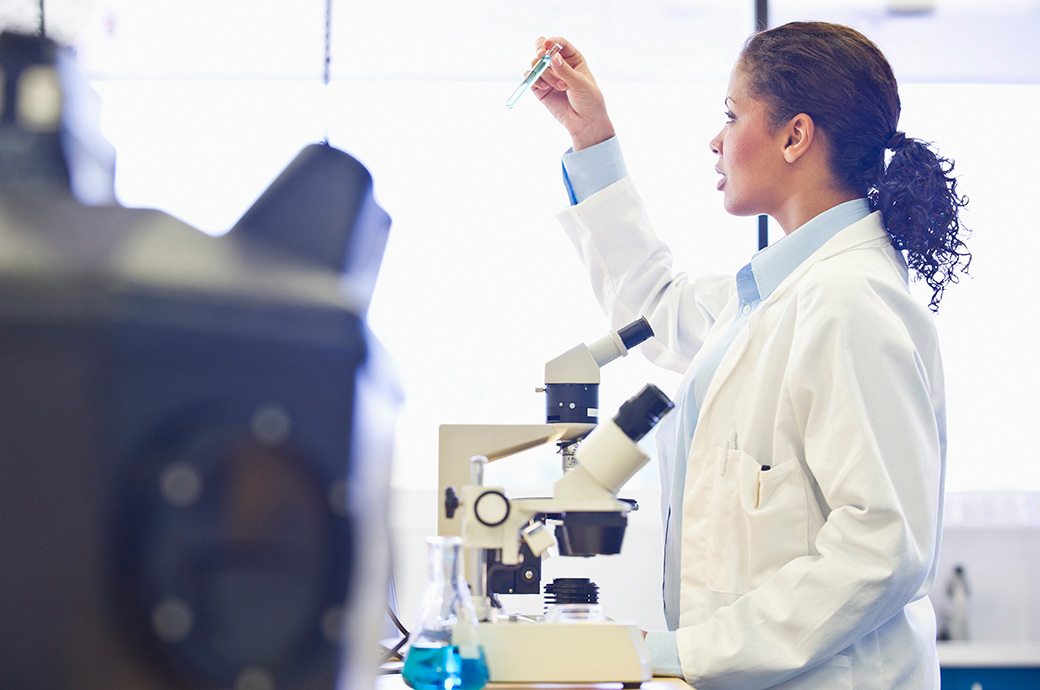 cientifico observando a traves de un microscopio