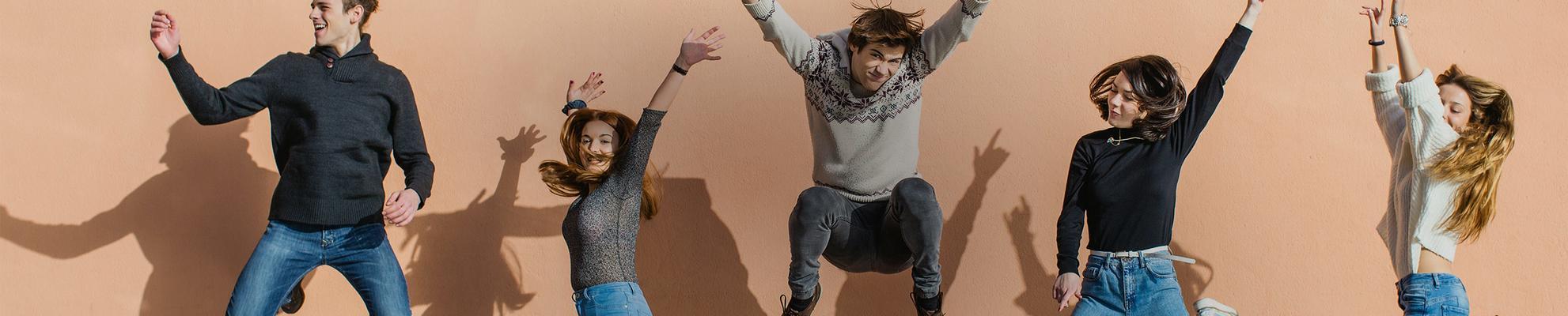 Foto de amigos saltando en el aire