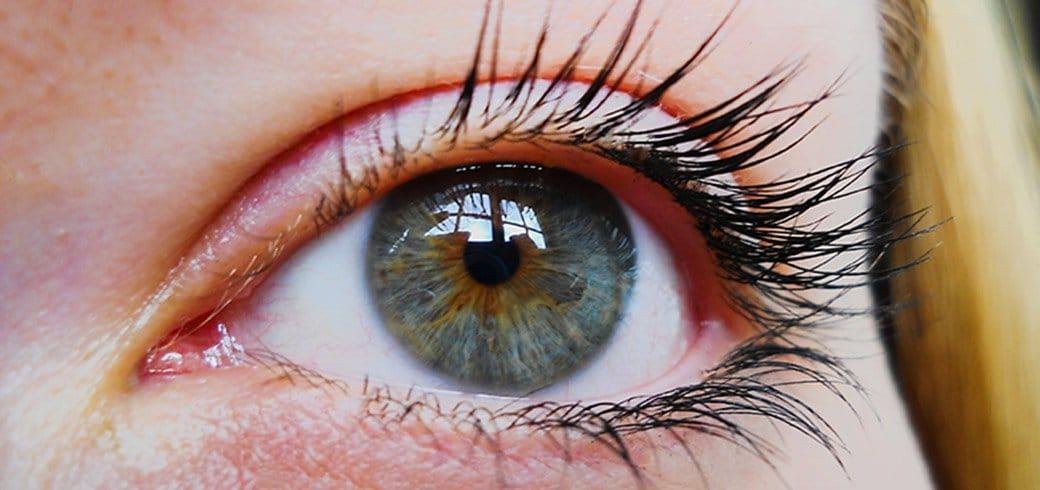 Acercamiento a ojos azules de una mujer