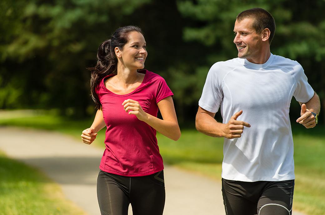 Dos adultos corren por un parque