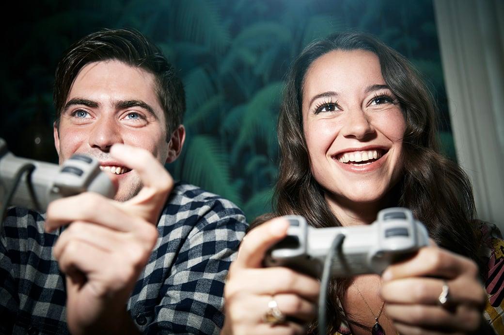 Dos adultos jugando Videojuegos