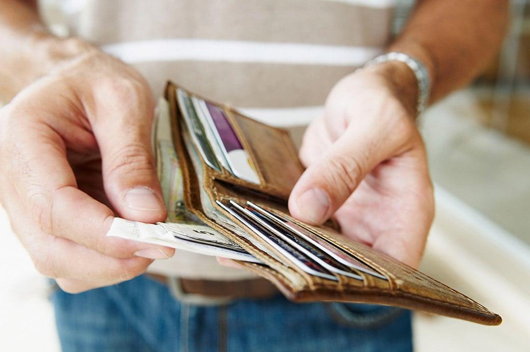 Acercamiento a billetera abierta