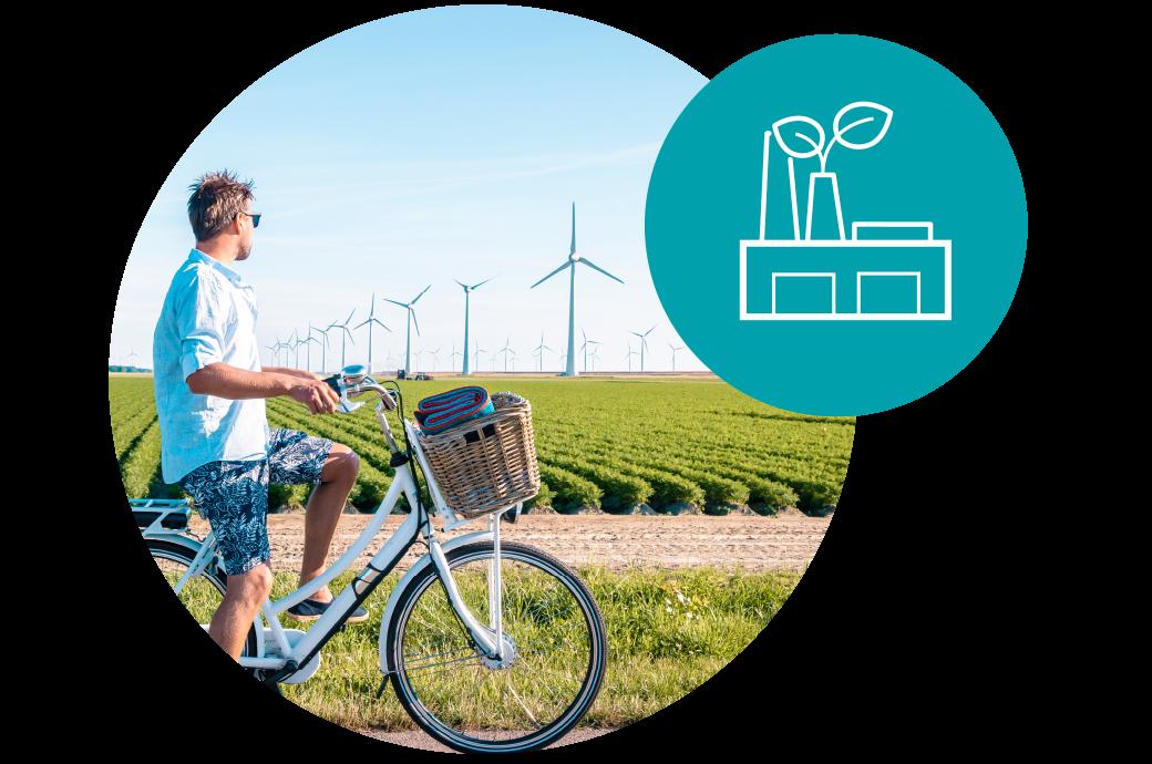 hombre mirando molinos de viento, usando energía limpia, reduciendo la huella de carbono